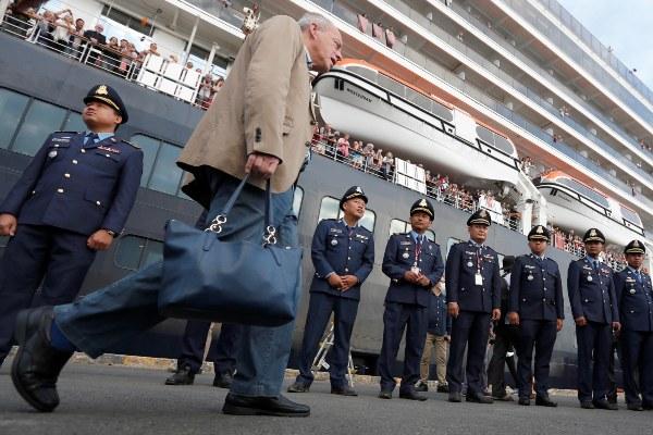 Últimos pasajeros abandonan el crucero en Camboya tras descartarse que estén enfermos con el coronavirus