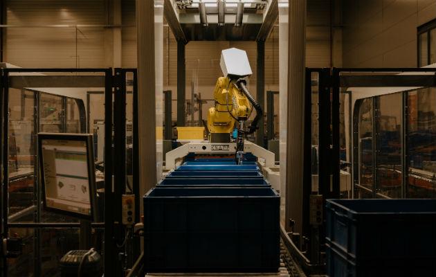 Robot trabaja para una compañía de partes eléctricas