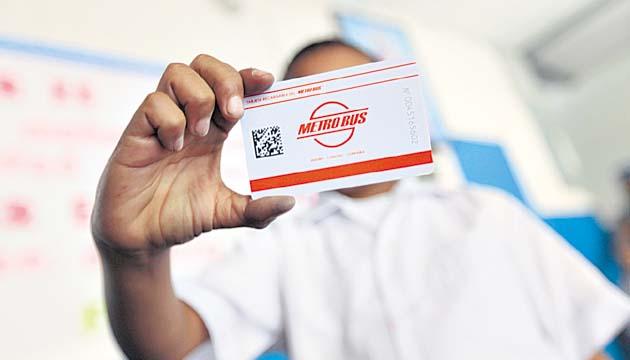 ¿Cómo puedo adquirir la tarjeta estudiantil para recibir una tarifa especial en el Metrobús y el Metro de Panamá?