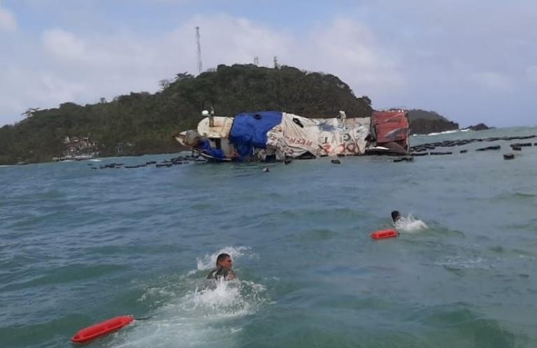 Embarcación encalla en Isla Grande y las seis personas a bordo salen ilesas