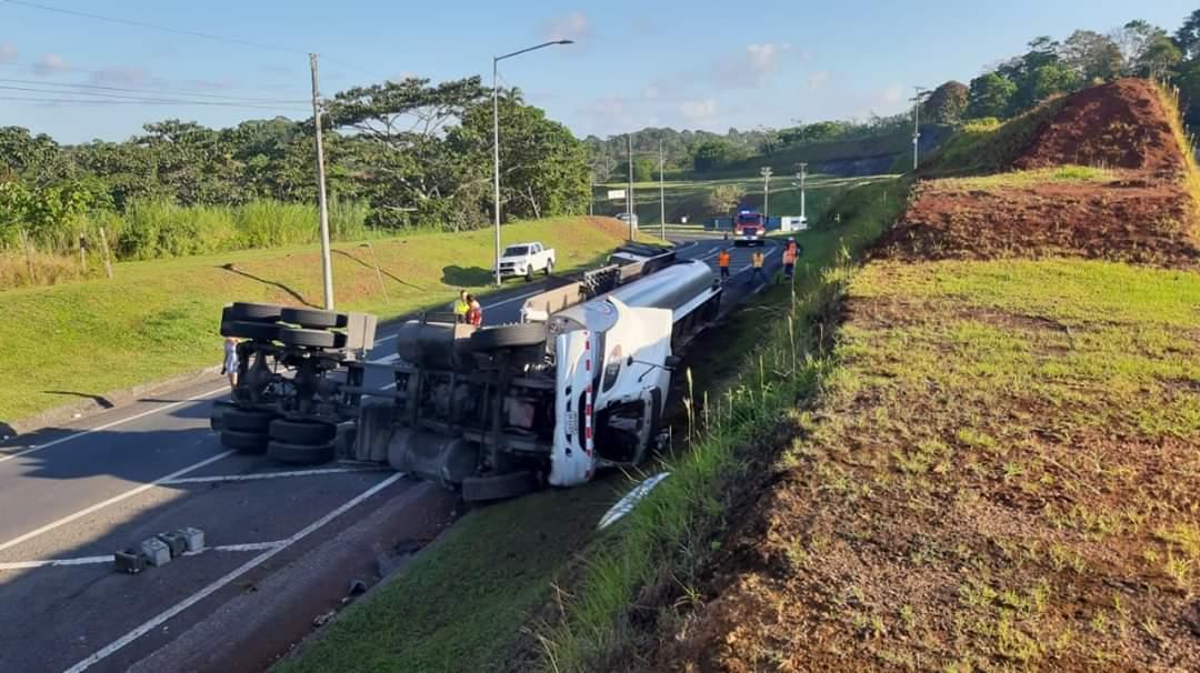 Camión cisterna cargado con 1,500 galones de diesel se vuelca en la autopista Panamá-Colón