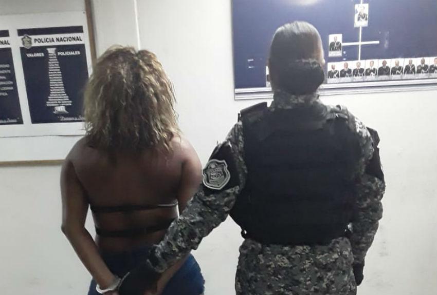 Mujer que lanzó arma de fuego del puente de Las Américas se mantendrá detenida provisionalmente