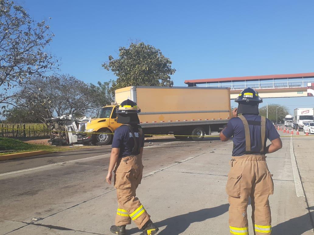 Colisión entre un camión y un busito deja un muerto y 14 personas heridas en Los Canelos, Herrera
