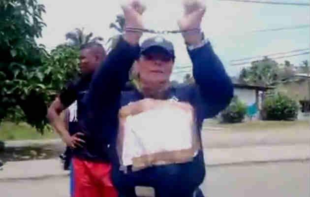 Abren proceso disciplinario a Policía que se esposó y protestó en Bocas del Toro