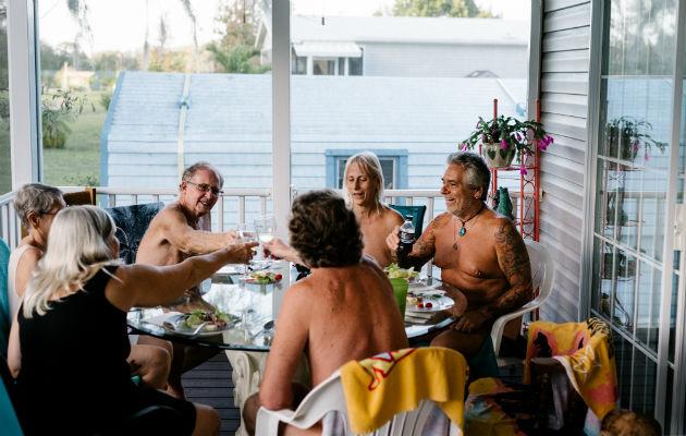 Se sienten más libres al cocinar y cenar desnudos