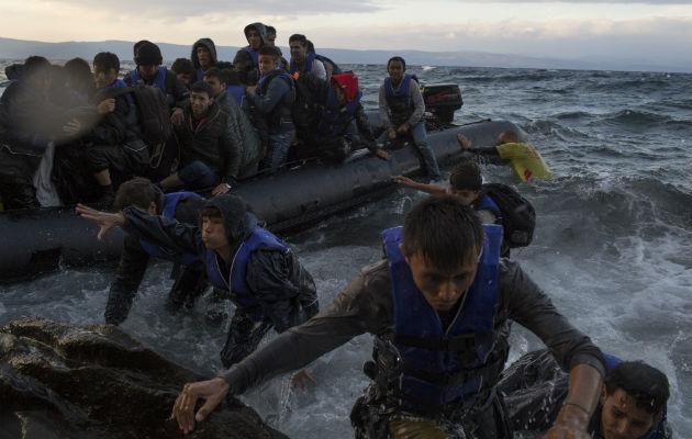 Griegos construirán una barrera flotante para frenar la migración