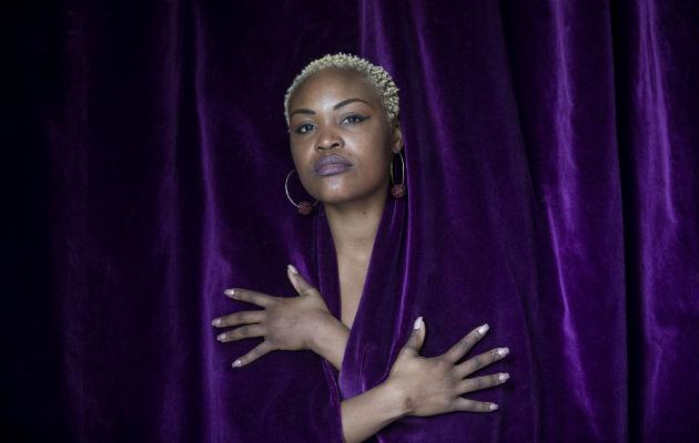 Rapera angoleña recurre a sus raíces y triunfa en el mundo musical
