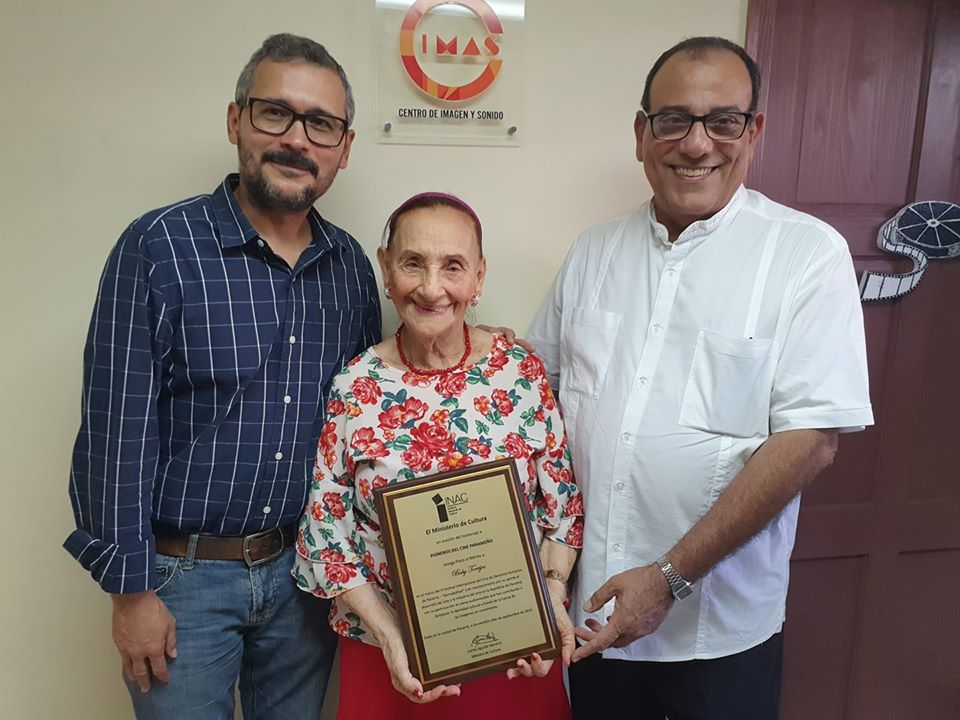 Daniel Domínguez, Baby Torrijos y Edgar Soberón Torchía, durante reconocimiento que le hiciera MiCultura (cuando era INAC), el año pasado,  por su trayectoria en la industria teatral. Foto: MiCultura (Inac)