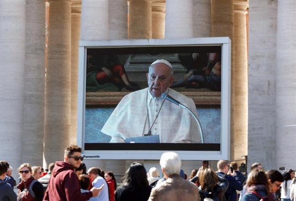 El papa reza el ángelus en video en una plaza de San Pedro con baja afluencia