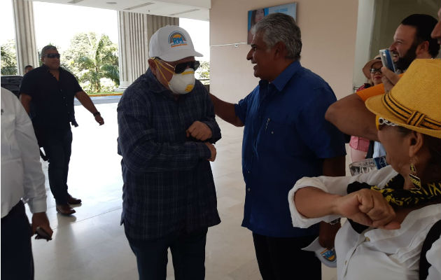 Ricardo Martinelli entrega firmas iniciales para conformar el partido Realizando Metas