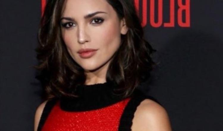 Eiza González luce un traje sensual