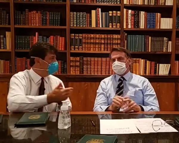 Jair Bolsonaro hace un directo con mascarilla en el que pide no ir a protestas