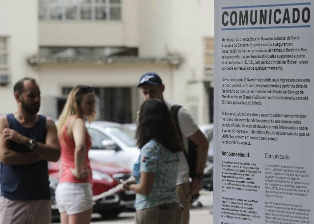 Una turista se lamenta por el cierre del sitio turístico Pan de Azúcar en Río de Janeiro ante el coronavirus. Foto: EFE.