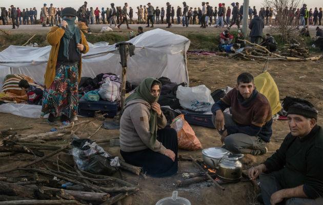 Migrantes hartan a pueblo griego