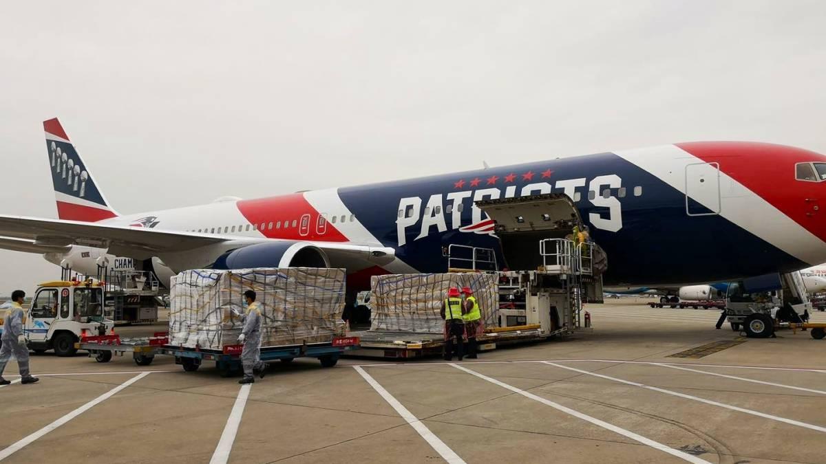 Avión de los Patriots regresa a Boston prodecente de China con máscaras protectoras