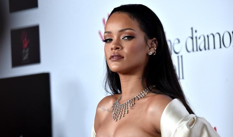 El padre de Rihanna tiene coronavirus y la artista viajó hasta Barbados para llevarle un ventilador