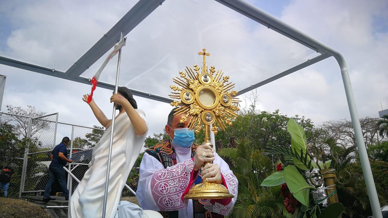 Arzobispo José Domingo Ulloa recorre las calles de la ciudad en el papamóvil,  celebrando el Domingo de Pascua