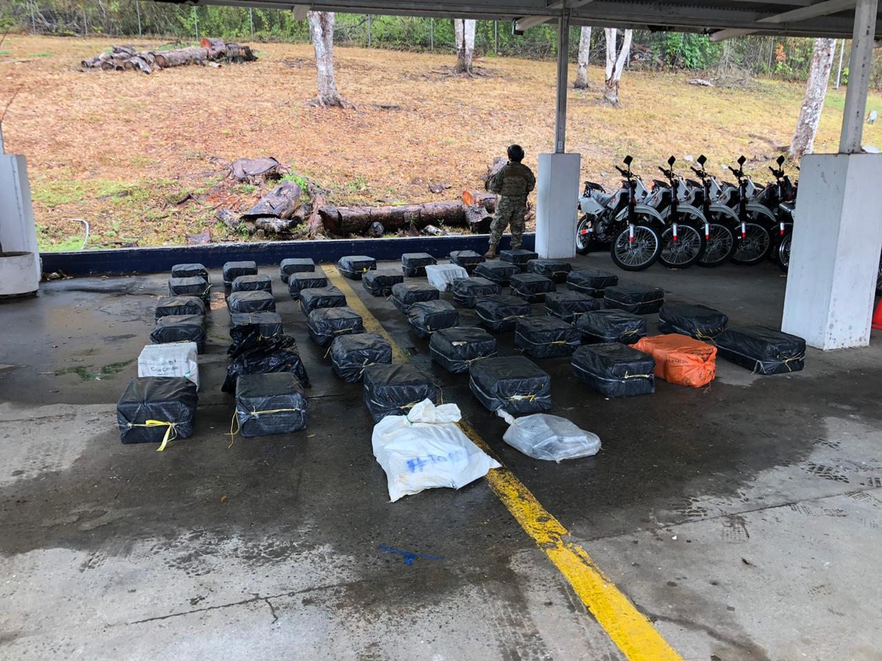 La droga fue recogida en el mar y llevado a la sede caribeña del Senan. Foto: Diómedes Sánchez.