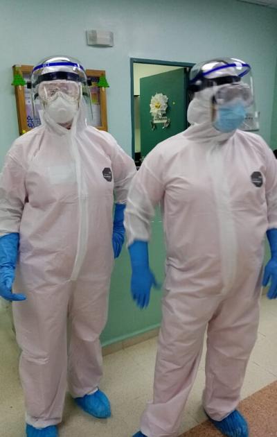 Dos turnos de 12 horas diarias cumplen enfermeras de UCI que atienden a pacientes por COVID-19. Foto: Cortesía