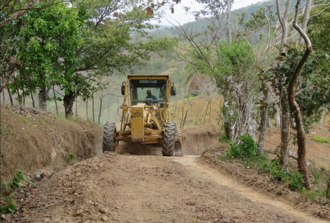 En Herrera rehabilitan caminos rurales para ayudar a los pequeños productores