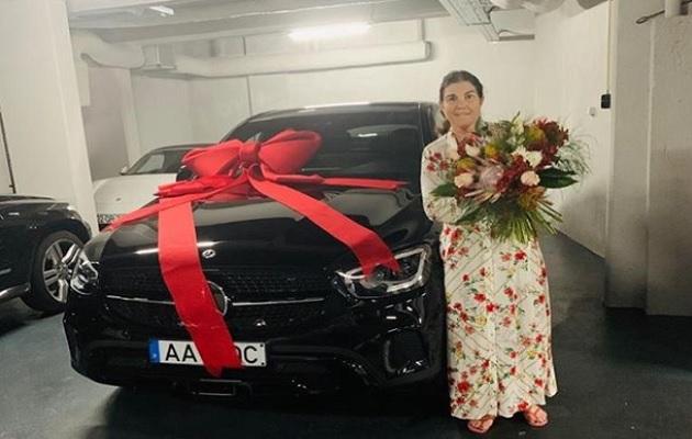 Cristiano Ronaldo le regala un lujoso carro a su mamá