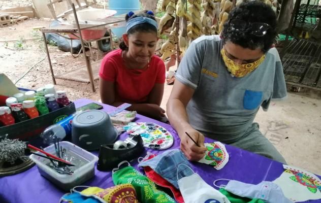 Artesanos herreranos inician producción de vistosas mascarillas