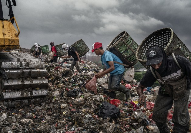 Se ganan la vida en una torre de basura