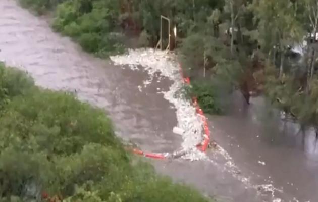 Ola de basura arrasó con el BoB, la barrera flotante instalada en el río Matías Hernández