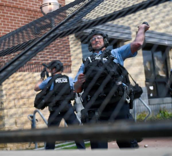 Protestas se recrudecen en Mineápolis por la muerte de un afroamericano a manos de policías