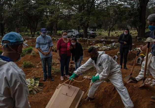Brasil desestimó los riesgos del coronavirus, y ahora sufre una crisis