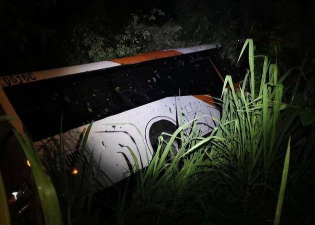 Vehículo colectivo de la empresa MiBus cae en un barranco en Nuevo San Juan