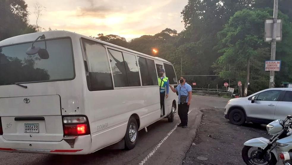 Transportistas deben ajustar cantidad de pasajeros y mantienen restricciones para taxis