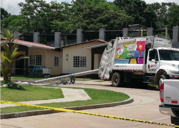 Trabajador de Aseo Capital muere al caerle poste de tendido eléctrico en Arraiján