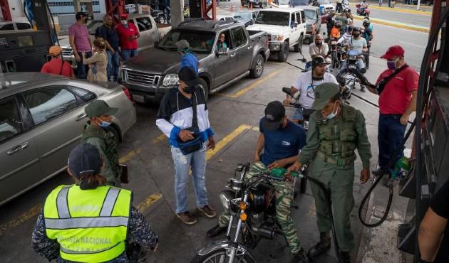 Largas filas en Venezuela para el repostaje de combustible