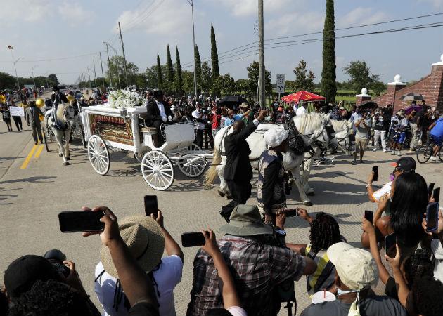 El cortejo fúnebre con los restos de George Floyd llegan al Cementerio de Pearland, Texas. Fotos: AP.