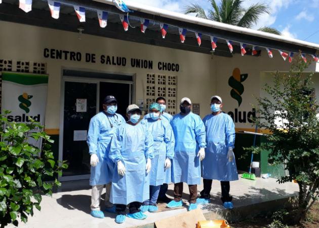 Funcionarios del Minsa en el centro de salud de Unión Chocó, debidamente protegidos. Fotos: Cortesía.