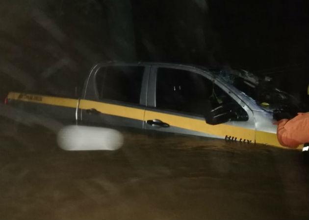 Cabeza de agua arrastra vehículo que llevaba bonos y bolsa de comida en Veraguas