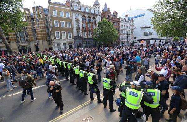 Enfrentamiento entre manifestantes y policías en Londres deja 15 heridos