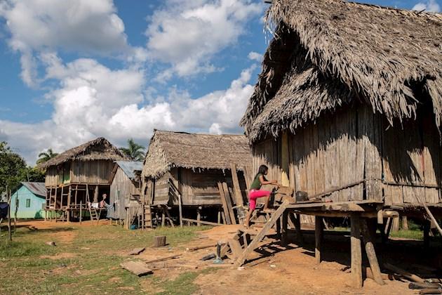 Los indígenas se adentran en la selva amazónica ante el temor de COVID-19
