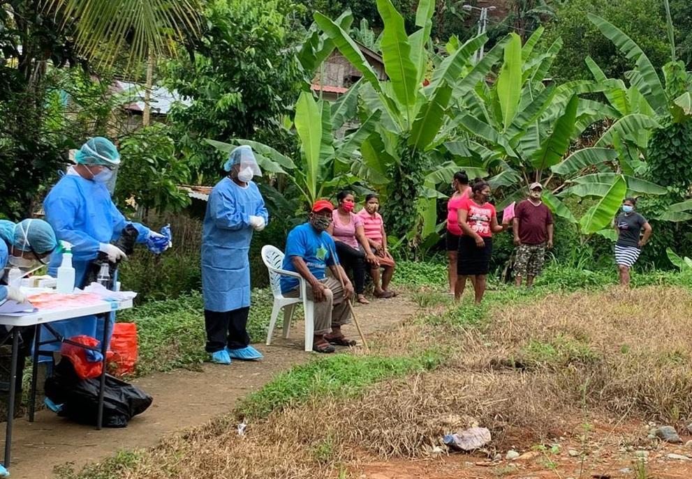Personal del Minsa continúa con la toma de hisopado a personas con síntomas respiratorios a nivel nacional.