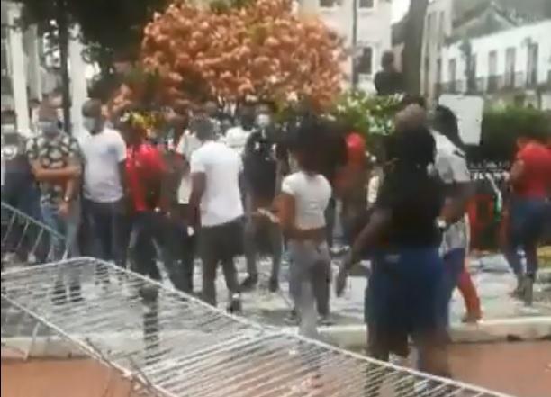 Grupo de desempleados colonenses protesta en las inmediaciones de la Presidencia