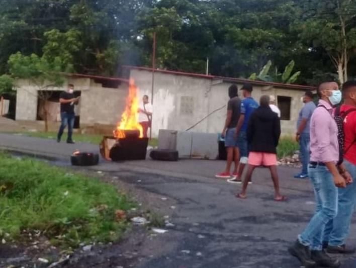 Desempleados de Colón cierran nuevamente las calles exigiendo la reapertura económica