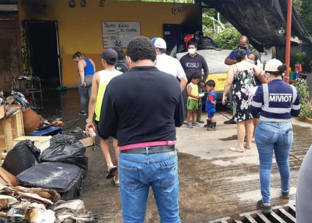 Personal del Miviot acudió al lugar a evaluar la situación actual de la familia. Fotos: Mayra Madrid.