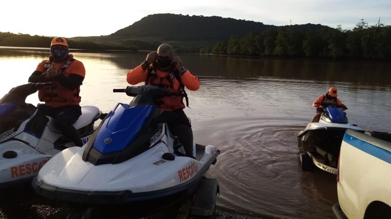 Rescatan con vida a cuatro tripulantes de una embarcación