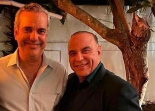 El candidato presidencial opositor dominicano, Luis Abinader (izq), y Miguel