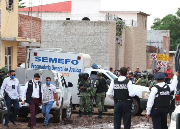 Personal Forense,Guardia Nacional y fuerzas de seguridad pública afuera del Centro de Rehabilitación donde fue la matanza. Fotos: EFE.
