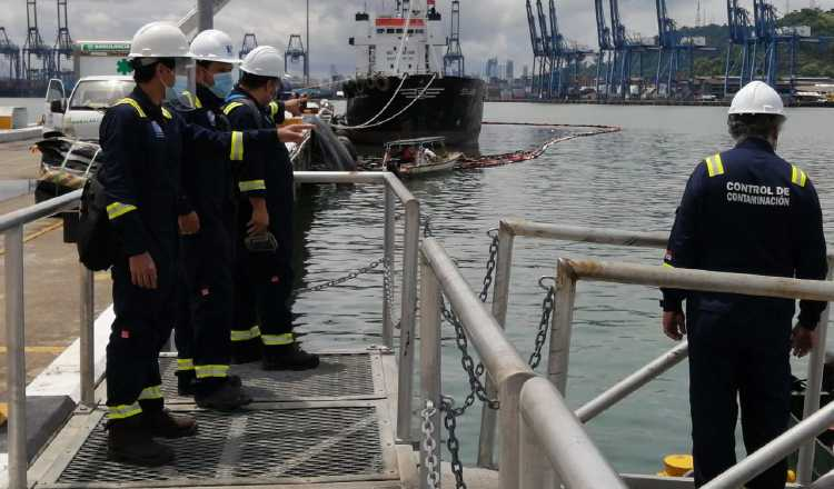 Autoridad Marítima de Panamá investiga derrame de combustible en muelle