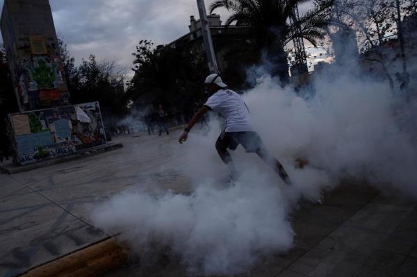 Un muerto y un bus quemado durante las protestas en Chile por la pandemia