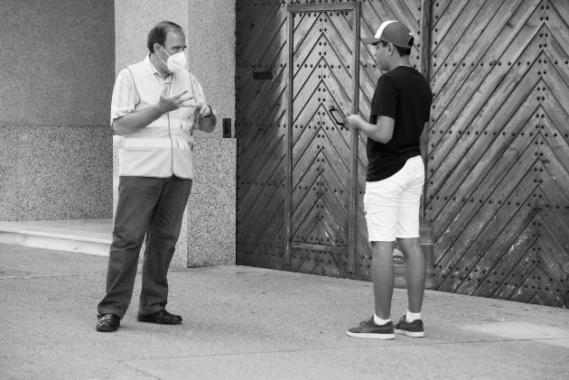 Hay personas que se convierten en sordos porque no escuchan a las autoridades, como este joven que no lleva puesta su mascarilla. Foto: EFE.