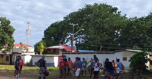 Atrapan a varias personas violando el toque de queda y bañándose en una playa de Bocas del Toro